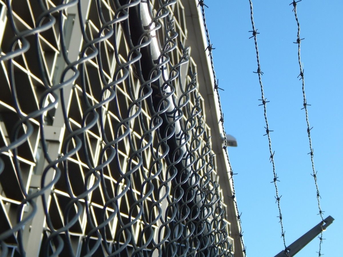 prison jail barbed wire barbwire metal lockup cage 929009